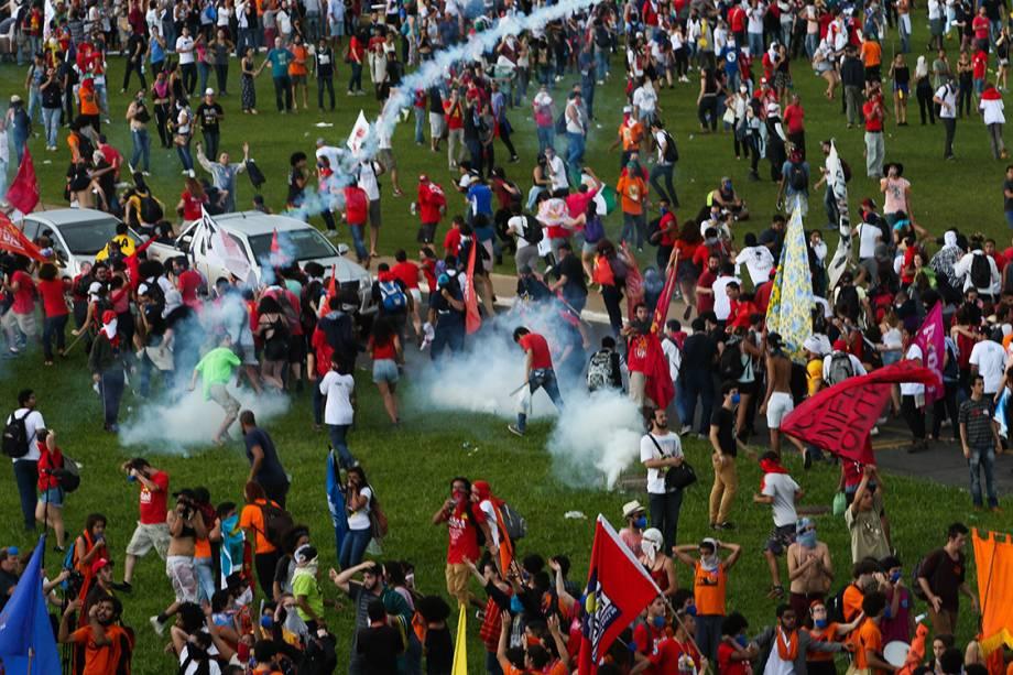 <span>Manifestantes entram em confronto com a polícia em frente a Esplanada dos Ministérios, em Brasília</span>