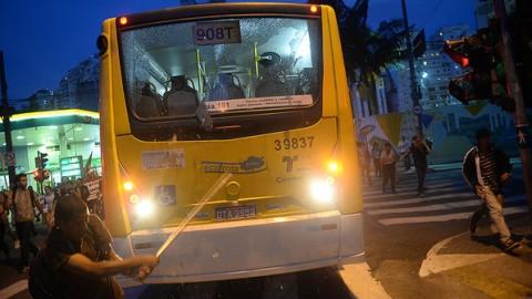 Ônibus é depredado em SP: Carvalho não vai chamar o rapaz para um papinho (Foto Ivan Pacheco)