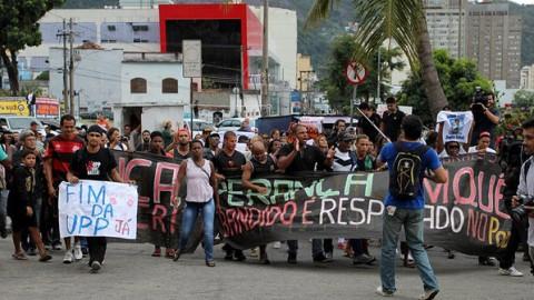 Manifestações contra a violência das UPPs marcaram o funeral do dançarino DG  (JC Pereira/AgNews)