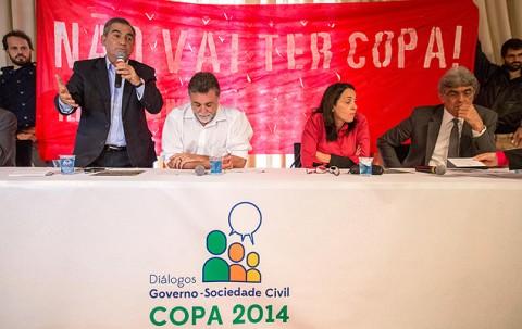 Enquanto Gilberto Carvalho (em pé) tentava falar em evento antiprotesto, aconteciam os... protestos (Foto:Danilo Verpa/Folhapress)