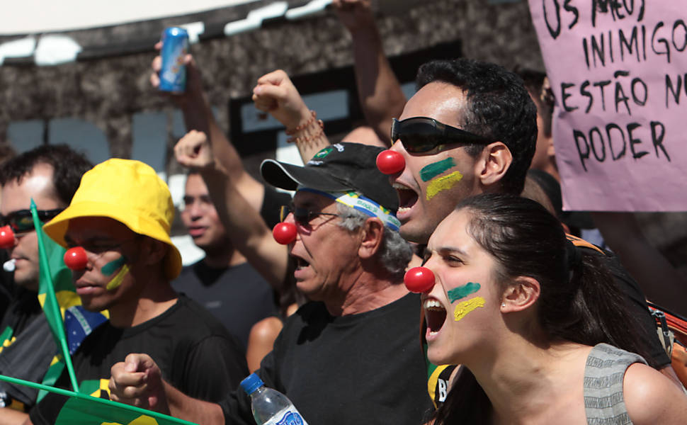 Os sem-partido, sem-bando e sem-bandeira vermelha, mas com vergonha cara, protestam em Brasília, em foto de Eraldo Peres, da AP