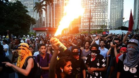 """Manifestante com um lança-chamas. Ninguém vai chamá-la de """"pacífica"""" (Foto: Ivan Pacheco)"""
