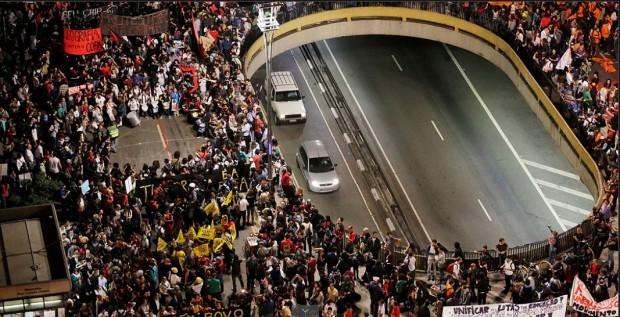 Manifestantes reunidos ontem na Avenida Paulista: movimentos de moradia dão a tônica dos atos contra a Copa (Nelson Antoine/ Fotoarena)