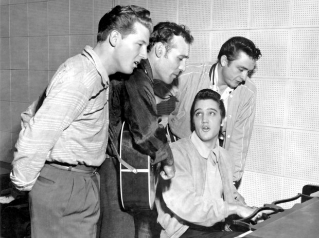 (E-D) Jerry Lee Lewis, Carl Perkins, Elvis Presley e Johnny Cash em 1956.