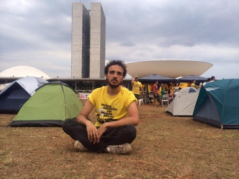 Renan Santos, do Movimento Brasil Livre, neste domingo, no acampamento em favor do impeachment. Atrás, a concha da Câmara dos Deputados