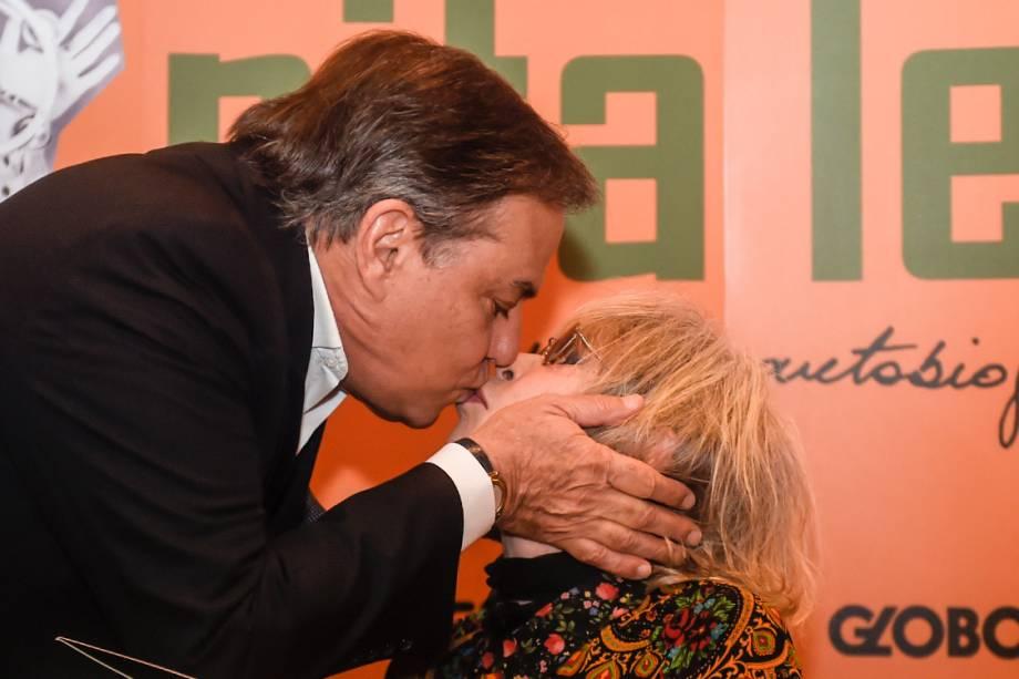 """Ronnie Von, amigo de longa data da cantora, disse que foi a tarde de autógrafos """"apenas para dar um beijo na Rita"""""""