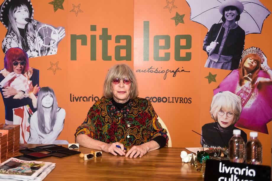 Evento de lançamento de autobiografia de Rita Lee reuniu fãs acampados, celebridades e pedido de casamento