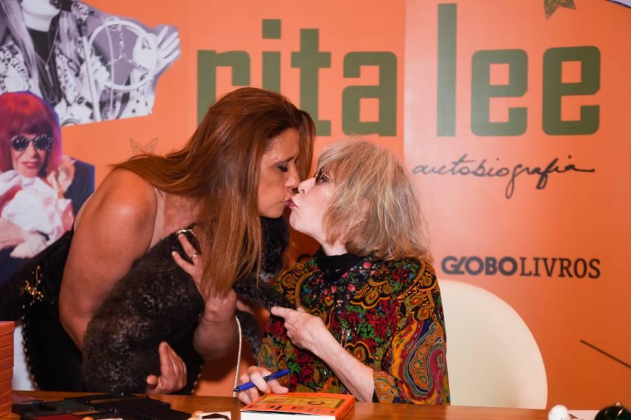 A ex-chacrete Rita Cadillac deu um selinho em Rita Lee no lançamento de sua autobiografia, nesta quarta-feira (16), em São Paulo