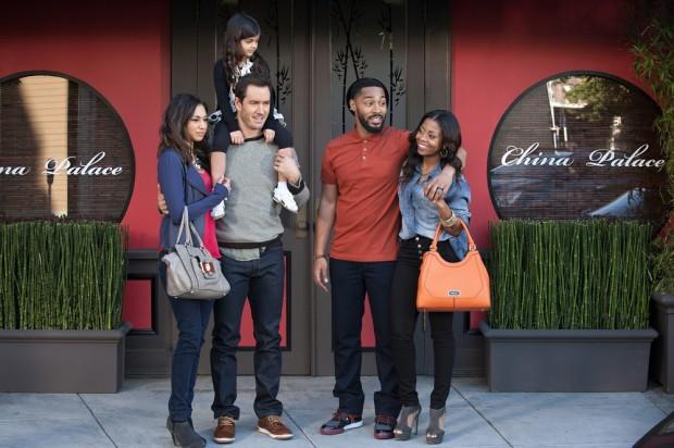 (E-D) Meaghan Rath, Mark-Paul Gosselaar, Riona Bhatt, Tone Bell e Bresha Webb em cena do episódio piloto produzido para avaliação. (Foto: Colleen Hayes/NBC)