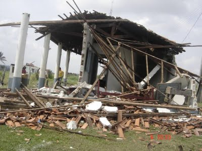 Imóvel da fazenda destruído com trator