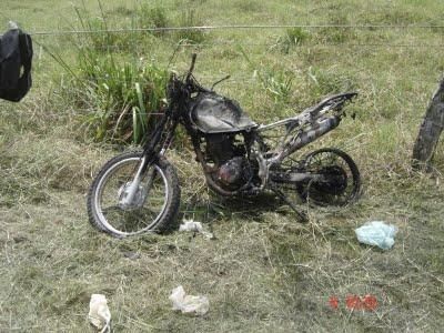 Infra-estrutura da fazenda destruída: nem a motocicleta escapou