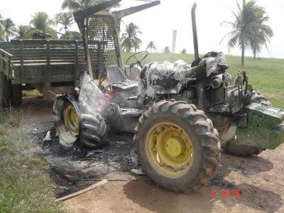 Depois de usado para derrubar casas, trator foi incendiado