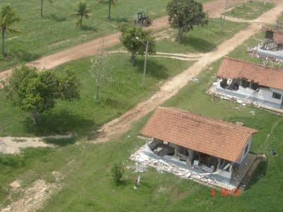 Casas dos funcionários destruídas