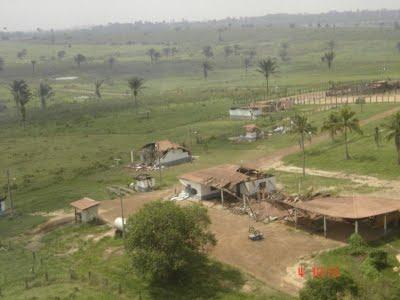 Vista área da destruição da infra-estrutura da fazenda