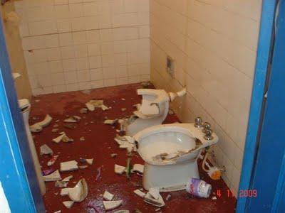 Destruição do banheiro da casa de um outro trabalhador