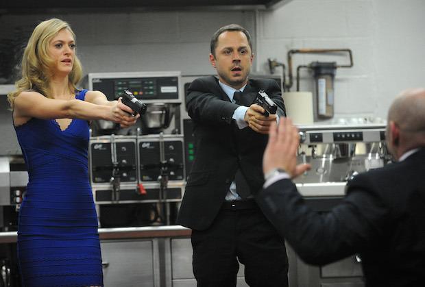 Cena de 'Sneaky Pete', com Marin Ireland e Giovanni (Foto: Heather Wines/CBS)