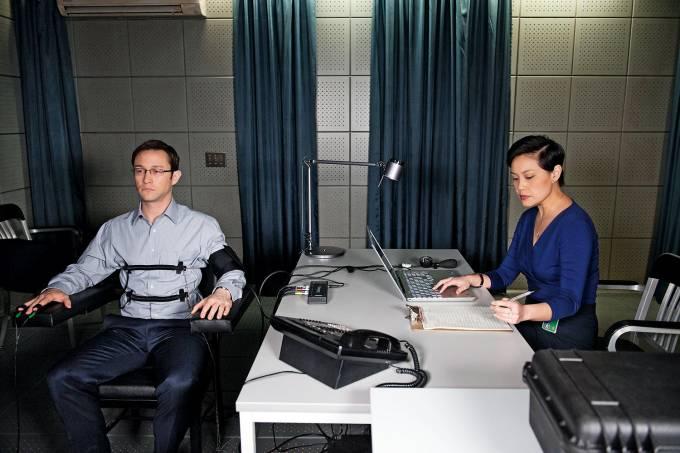 MENTIRAS HONESTAS- Snowden (Gordon-Levitt) passa por um teste poligráfico: dever e pátria em contradição