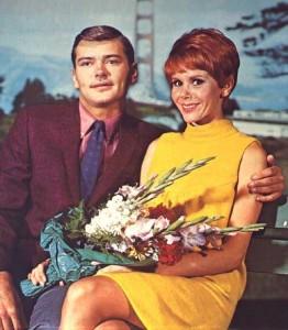Judy Carne com Pete Duel em 'O Sótão' (Foto:
