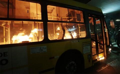 ônibus é incendiado no terminal D. Pedro. Isso é manifestação política (Fábio Braga/Folhapres)