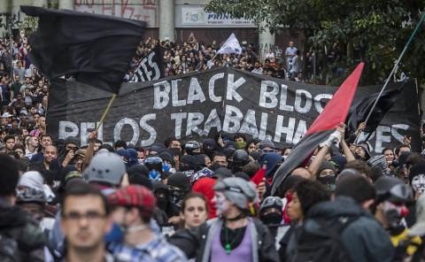 A faixa patética. Balck blocs destroem patrimônio público, mas dizem aliados dos trabalhadores (Marlene Bergamo/Folhapress)