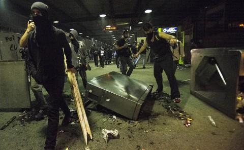 Depredação no terminal Dom Pedro. Observem o delinquente da esquerda ao celular. deve estar dando ordem à emprega (Marlene Bergamo/ Folhapress)