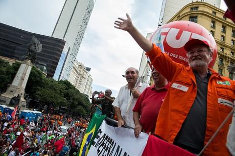 """João Pedro Stedile no """"protesto a favor"""" do Rio: libre da maldição bíblica de suar para ganhar o pão, ele ri à-toa"""