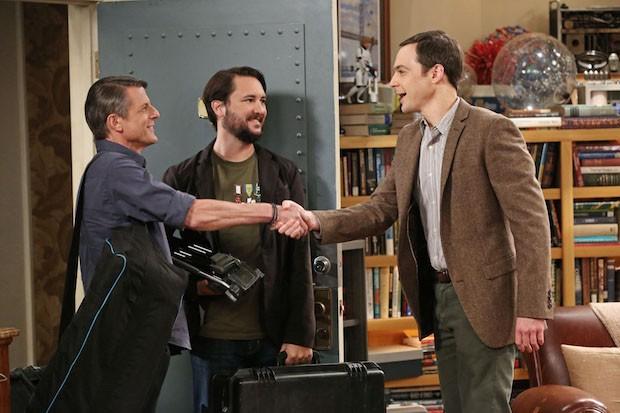 Cena do episódio 'The Spock Resonance', de 'The Big Bang Theory', com (E-D) Adam, Will e Jim Parsons. (Foto: Michael Yarish/Warner Bros. Entertainment Inc.)