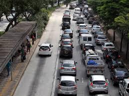 Táxi no corredor da Rebouças; avenida congestionada, área de ônibus livre — inclusive dos... ônibus!