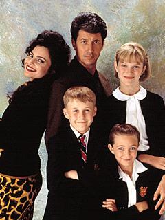 Elenco de 'The Nanny' na década de 1990. Nicholle é Maggie, a filha mais velha do Sr. Shaffield. (Foto: NBC/Arquivo)