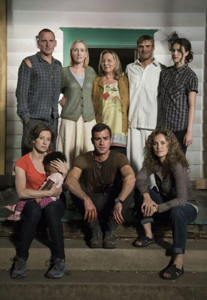 Parte do elenco de 'The Leftovers' com a produtora Mimi Leder (no centro). (Foto: HBO)