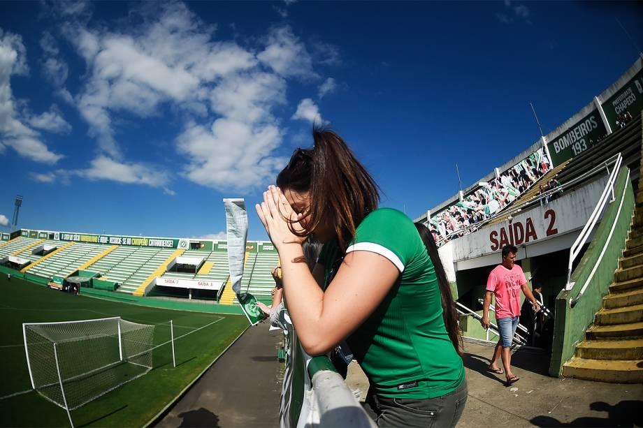 Torcedores da Chapecoense se reúnem na Arena Condá, em Chapecó (SC), durante homenagens às vítimas do voo que transportava a equipe catarinense para Medellín, na Colômbia, para a disputa da final da Copa Sul-Americana - 29/11/2016