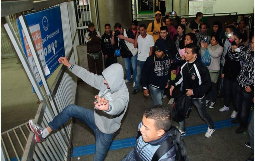 Na estação Itaquera, trabalhadores arrombam o portão para ter acesso à plataforma de trens da CPTM (Peter Leone/futura Press/Futura Press/Folhapress)