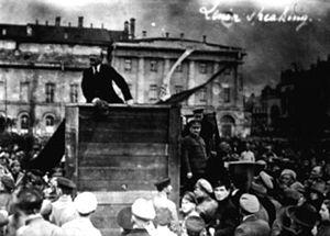 Em 1920, Lênin discursa em frente ao teatro Bolshoi, em Moscou. Fala aos soldados que vão lutar contra a Polônia. Ao lado do balcão, à sua esquerda (direita da foto), de quepe, está Trotsky. Agora vejam...