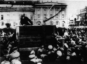 """... o que aconteceu com a imagem depois que Trotsky foi banido da União Soviética. Stálin mandou apagar a sua imagem. No arquivo oficial e nos livros escolares, essa passou a ser a imagem """"verdadeira""""."""