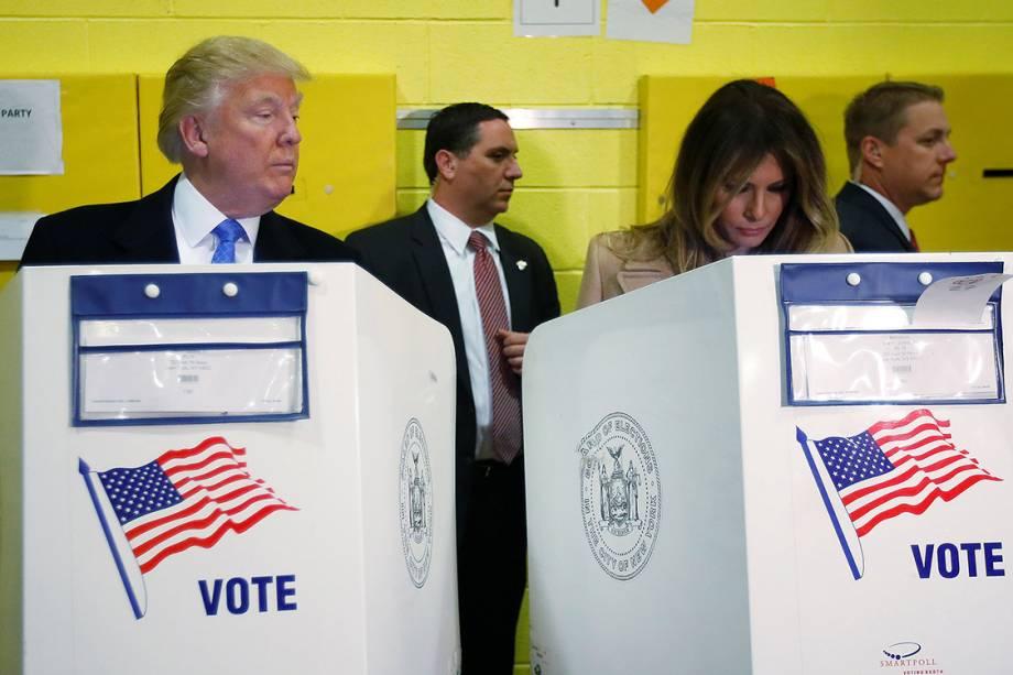 O candidato Donald Trump espia o voto de sua mulher Melania Trump equanto votam, em Nova York