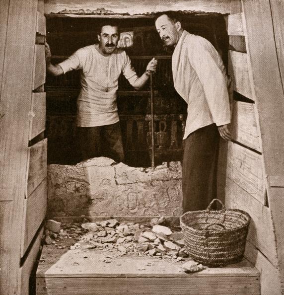 (E-D) Howard Carter e Lord Carnarvon em frente à tuba de Tutankhamun no ago de 1922 (Foto: GraphicaArtis/Getty)