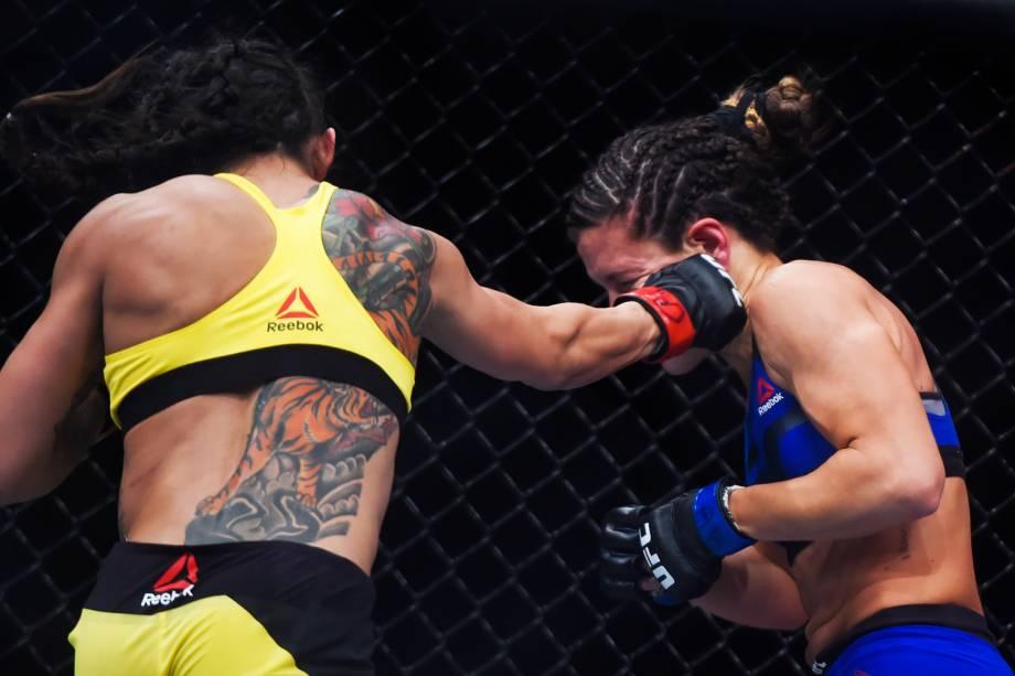 Cláudia Gadelha acerta soco em Cortney Casey,  na quarta luta do card principal do UFC Fight Night, realizado no Ginásio do Ibirapuera, em São Paulo (SP) - 19/11/2016
