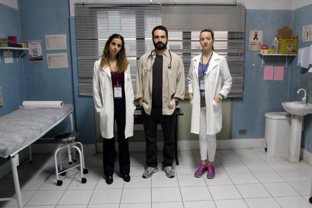 (E-D) Ana, Caco e Bianca em 'Unidade Básica' (Fotos: Universal/Divulgação)