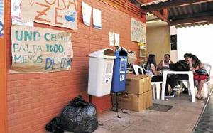 Alunos da UnB utilizam área externa de escola pública de Ceilândia (foto: Rafael Ohana)
