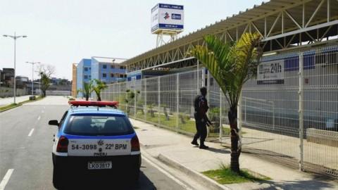 Policiais na UPA de Bonsucesso, fechada depois que um bandido tentou se esconder no prédio: segundo dia de tiroteio entre policiais e traficantes de Manguinhos (Palo Jacob/Ag.O Globo)