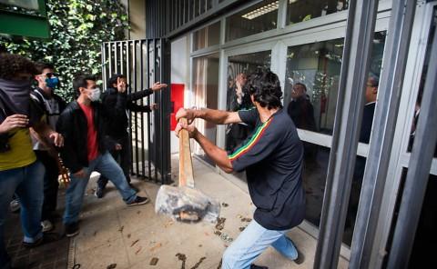 Invasão da Reitoria a marretadas: método agora consagrado por juiz (Foto: Danilo Verpa/Folhapress)