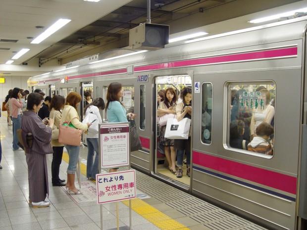 Mulheres aguardam a vez para entrar no vagão exclusivo para elas no metrô de Tóquio, no Japão