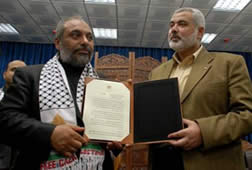"""Yildrim (esq.), da """"organização humanitária"""" IHH, é condecorado pelo chefão do Hamas: serviços prestados"""