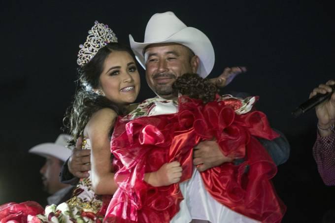 Rubí Ibarra dança com seu pai em sua festa de 15 anos