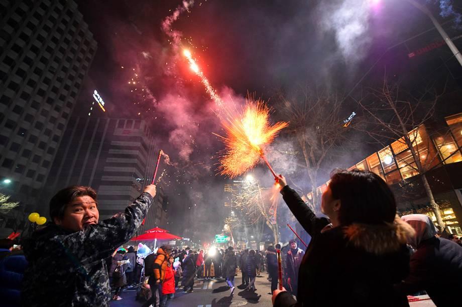 Sul-coreanos comemoram o réveillon soltando fogos em uma avenida no centro de Seul - 31/12/2016