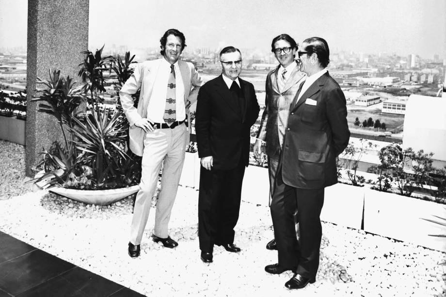 Victor Civita, acompanhado pelos filhos Richard e Roberto, recebendo a visita do arcebispo D. Paulo Evaristo Arns na Abril - 1973
