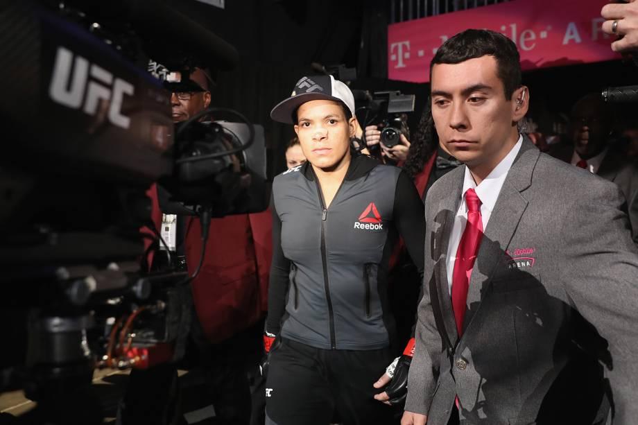 Lutadora de MMA, Amanda Nunes, chega ao octógono para enfrentar Ronda Rousey, em Las Vegas - 31/12/2016