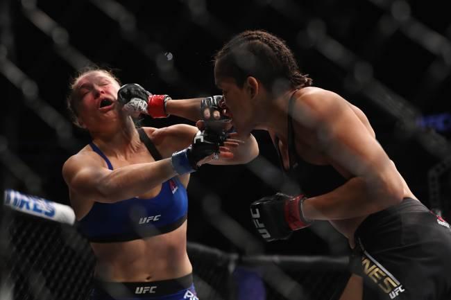 Lutadoras de MMA Amanda Nunes, brasileira, e americana Ronda Rousey se enfrentam em Las Vegas