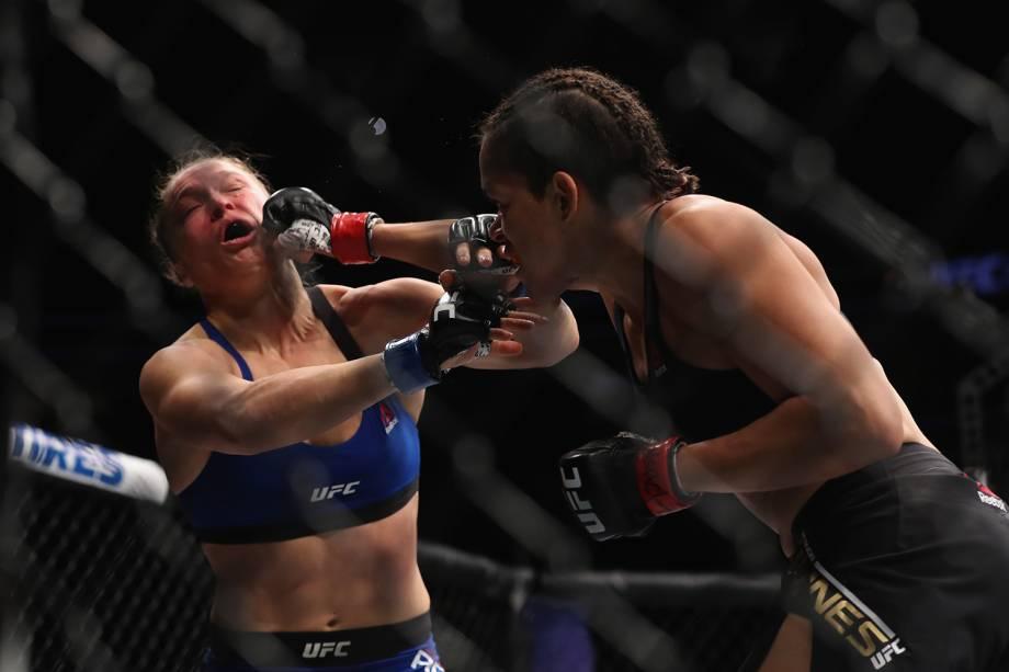 Lutadoras de MMA Amanda Nunes, brasileira, e americana Ronda Rousey se enfrentam em Las Vegas - 30/12/2016