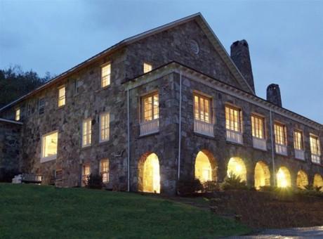 Algumas cenas do dançante 'Dirty Dancing - Ritmo Quente', de Emile Ardolino, foram gravadas no resort de Kellerman, em Blacksburg, na Virgínia.